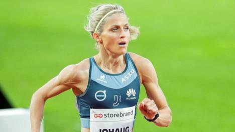 Therese Johaug on kesällä nähty myös juoksuradalla.