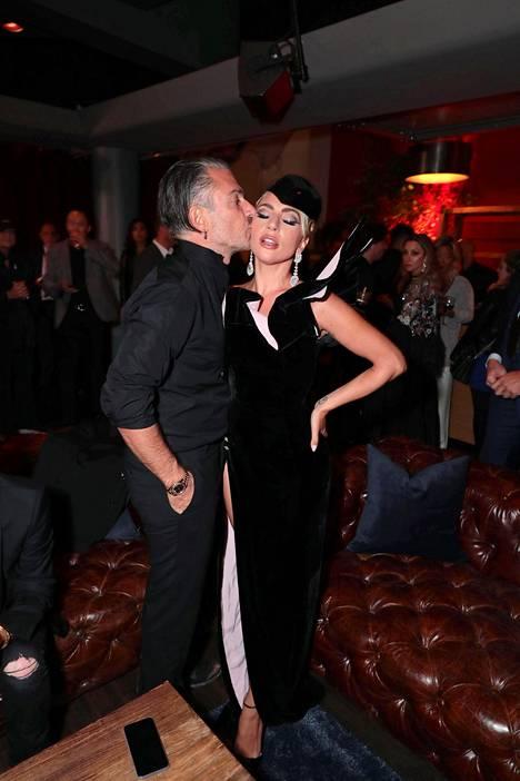 Christian Carino tuikkasi hellän suudelman Lady Gagalle Toronton elokuvafestivaaleilla syyskuussa 2018.