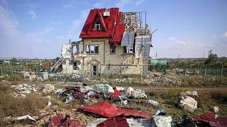 Tämä talo vaurioitui pahoin Ukrainan joukkojen ja separatistien välisissä taisteluissa sunnuntaina.