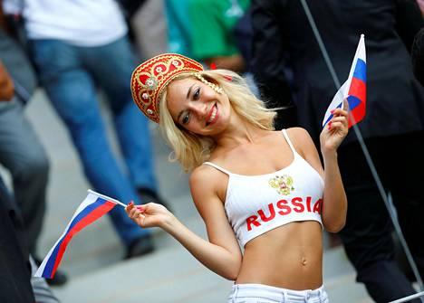 Sosiaalisessa mediassa huomattiin, että tv-kamerat kuvasivat katsomossa olevaa vaaleaa naista useita kertoja ottelun aikana.