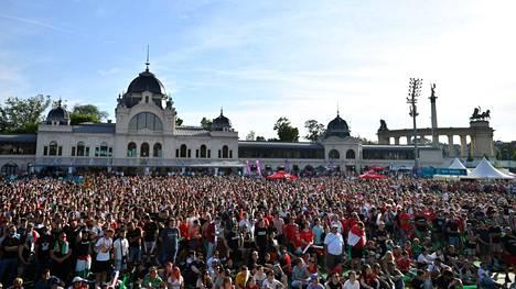 Myös Budapestin keskusta pullisteli kansaa, kun ihmiset olivat kokoontuneet katsomaan Unkari–Portugali-ottelua.