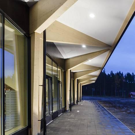 Huoltoasema sijaitsee Niemenharjun kupeessa Lylylammen ja Kolima-järven vieressä.