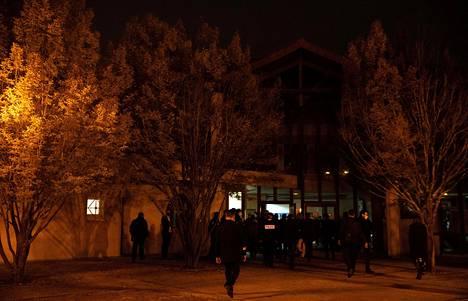 Poliiseja surmapaian lähellä perjantai-iltana.