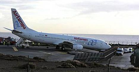 Lentokentän erottaa merestä vain muutaman metrin levyinen maakaistale.