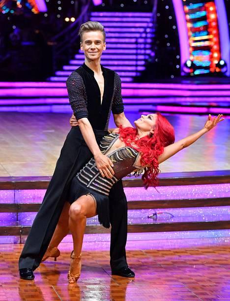 Pari rakastui ohjelman kulisseissa, kun Buswell toimi Suggin tanssinopettajana. He sijoittuivat kisassa toiseksi.