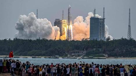 Maahan putoavan Pitkä marssi 5B -raketin lähtöä seurattiin viime torstaina Kiinan Hainanin provinssissa sijaitsevassa Wenchangin avaruuskeskuksessa.