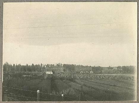Ulkokuvaa Hennalan varuskunnasta. Taustalla näkyvät muonituskeskuksen rakentamisen yhteydessä puretut kasarmit P30 ja P32