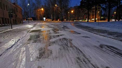 Jäiselle pinnalle kertyvä vesi tekee nyt tiet, kadut ja jalkakäytävät petollisen liukkaiksi.