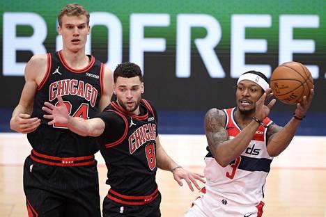 Lauri Markkanen (vas.) on yksi kolmesta Chicago Bullsin pelaajasta, jotka ovat alistuneet koronavirukselle.