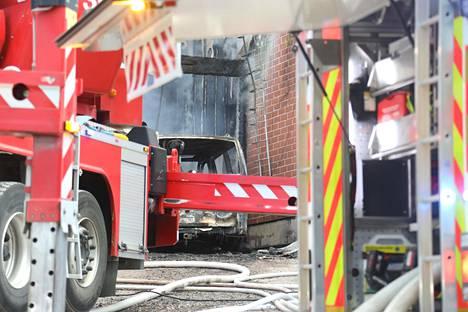 Palossa tuhoutui ainakin yksi auto.