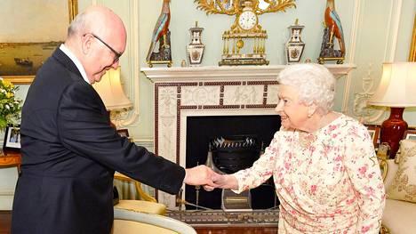 Tarkkasilmäisimmät fanit huomasivat kuningatar Elisabet II:n edustustiloissa erään valokuvan vaihtuneen, kun australialainen korkea-arvoinen komissaari George Brandis tapasi kuningattaren.