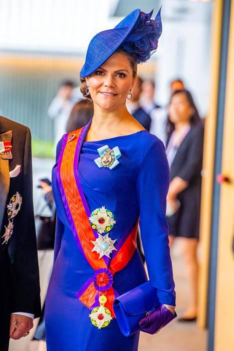 Yleensä Victorian tyyli on paljon hillitympi. Kuvassa Victoria Japanin keisari Naruhiton kruunajaisseremoniassa lokakuussa.