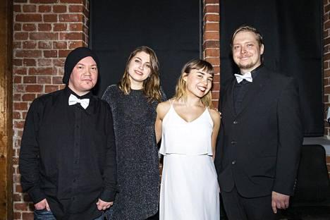 Tuottaja-käsikirjoittaja Pauli Pietilä ja käsikirjoittaja-ohjaaja Eemeli Kelokorpi sekä Alinaa näyttelevä Sofia Voltti sekä toista pääosaa esittävä Janina Taurinen uusimman lyhytelokuvansa ensi-illassa.