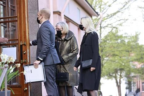Leski Eva-Riitta Siitonen saapui puolisonsa siunaustilaisuuteen lastenlastensa Wiljamin ja Wilman kanssa