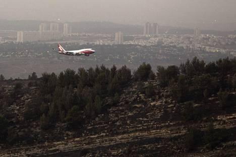 Matalalla lentävä maailman suurin sammutuslentokone on vaikuttava näky.