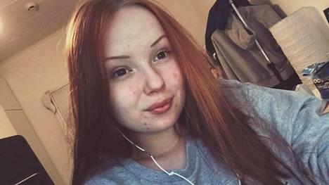 """15-vuotiaan Jennan turvotuksen syyksi paljastui puolivälissä oleva raskaus – """"Tiesin, että pärjään"""""""