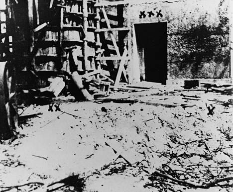 Führerbunkerin varauloskäynti johti vanhan valtakunnankanslian puutarhaan, jossa Hitlerin ja Eva Braunin ruumiit poltettiin.