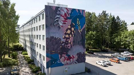 Karakallion asuinalue muuttuu ulkoilmagalleriaksi, kun Karakallio Creative -hanke elävöittää aluetta. Tämä muraali löytyy Karakalliotie 5:stä.