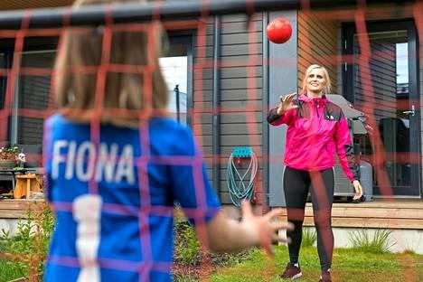 Entinen käsipalloilija Satu Helosvuori pallottelee lajin aloittaneen Fiona-tyttärensä kanssa Vantaalla.
