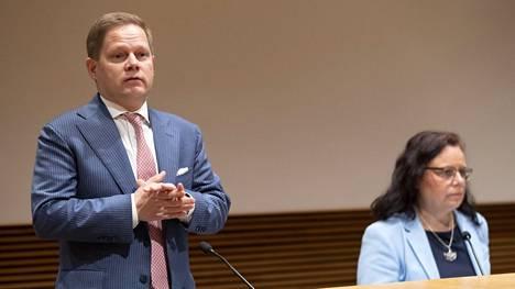 Sote-valiokunnan puheenjohtaja Markus Lohi (kesk) ja varapuheenjohtaja Mia Laiho (kok) tiedotustilaisuudessa 15. kesäkuuta.