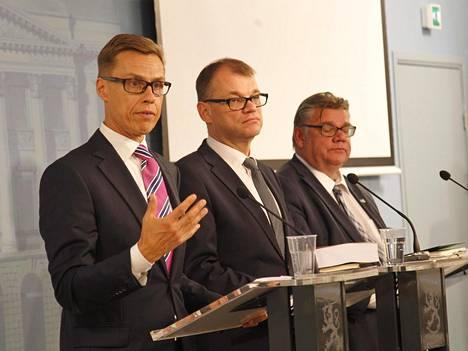 Hallitus pyrkii Alexander Stubbin (vas.) Juha Sipilän ja Timo Soinin johdolla parantamaan yritysten kustannuskilpailukykyä.