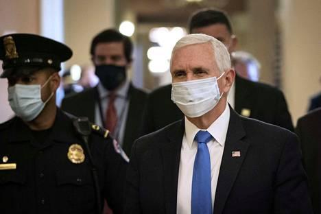 Toisin kuin presidentti Trump, varapresidentti Mike Pence on päättänyt käyttää kasvomaskia eri tilaisuuksien välillä liikkuessaan.