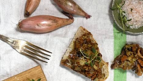 Sieniseos sopii sekä vaalealle että tummalle leivälle.
