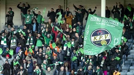 KPV:n kannattajat juhlivat joukkueensa menestystä.