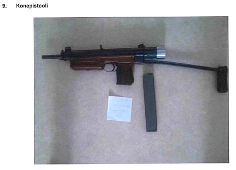 Kuvan konepistooli päätyi poliisin haltuun kotietsinnän yhteydessä.