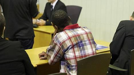 Leikkikentällä 3-vuotiaan lapsensa surmannut mies kuvattuna vangitsemisoikeudenkäynnissä marraskuussa 2017.