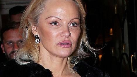 Pamela esiintyi Pariisissa uudenlaisessa meikkityylissä.