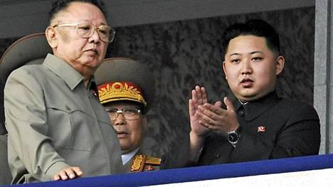 Kim Jong Un (oik.) seurasi isänsä Kim Jong Ilin kanssa sotilasparaatia lokakuussa 2010.