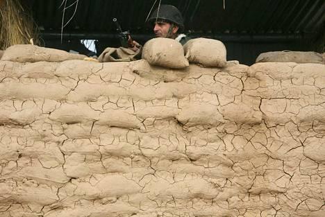 Intian turvallisuusjoukkojen sotilas vartioi rajaa Kashmirissa tammikuussa 2010.