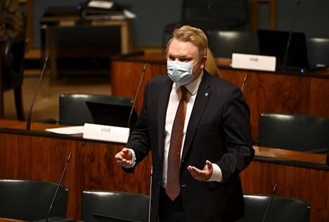 Keskustan Antti Kurvinen vastasi Halla-aholle, että perussuomalaiset luovat kuvaa, jossa vaihtoehto EU:n elvytyspaketille olisi, ettei tehdä minkäänlaista elvytyspakettia.