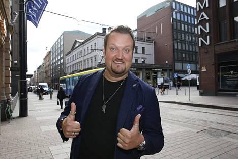 Koomikko Sami Hedberg näyttelee Suomen Konttori-sarjassa.