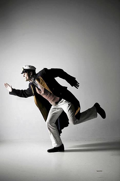 Tommi Korpela näytteli Q-teatterin Corto Maltesen seikkailut -näytelmässä.