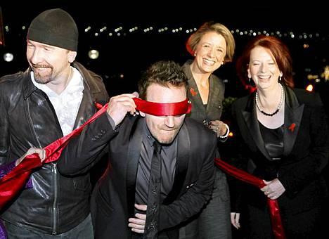 U2-yhtyeen Edge ja Bono käynnistivät joulukuussa aids-päivän vieton yhdessä Australian pääministerin Julia Gillardin (oik.) kanssa.