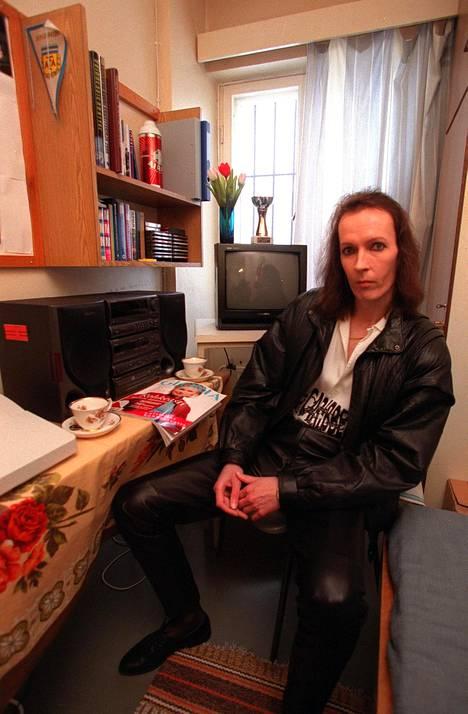 Vankilassa Jukka Lindholm alkoi meikata ja pukeutua naisten vaatteisiin vuonna 2000.