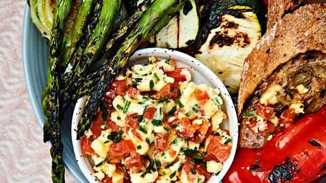 Tarjoa maustevoi esimerkiksi grillattujen kasvisten ja paahdetun leivän kanssa.