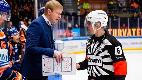 Jukka Rautakorpi (vas.) ei pitänyt Mikko Kaukokarin (oik.) tuomaritoiminnasta.