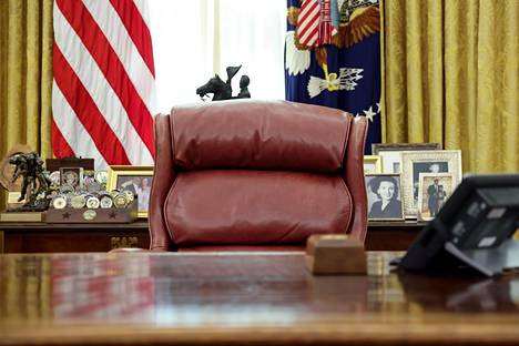 Presidentti Trumpin kaudella Oval Officen verhot olivat väritykseltään kultaiset. Niiden sävy oli vaaleampi kuin Bidenin valitsemien.