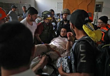 Mellakoissa loukkaantunut israelilainen äärioikeistoaktivisti vietiin sairaalaan Lodissa torstaina.