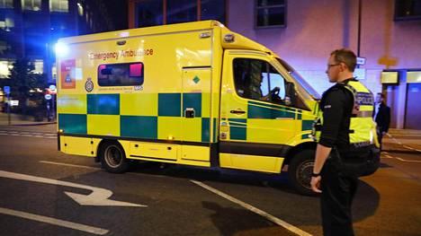 Ambulanssi lähellä London Bridgeä.