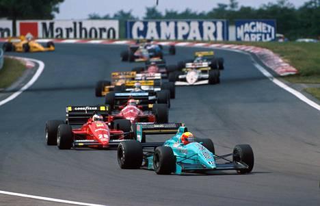 Tämä näky ei enää kauden 1988 edetessä ollut yllätys: Leyton Housen auto edellä, Ferrarit ja kumppanit perässä. Kuvasta näkee hyvin, miten eri näköinen suunnittelultaan sininen auto oli aikansa turbohirviöihin verrattuna.