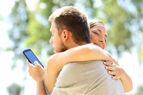 Älyteknologian aikakaudella moni kärähtää, kun kumppani näkee kännykästä salaiset viestittelyt.