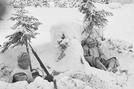 Kollaan taistelijoita lumipoteroissaan. Vihollinen ei päässyt läpimurtoon Kollaalla, millä oli ratkaiseva merkitys Kannaksen taistelujen kestämisen kannalta.