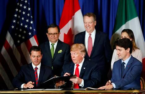 Yhdysvaltojen presidentti Donald Trump (keskellä), Meksikon silloinen presidentti Enrique Pena Nieto (edessä vasemmalla) ja Kanadan pääministeri Justin Trudeau (edessä oikealla) allekirjoittivat USMCA-sopimuksen, jolla korvattiin NAFTA, marraskuussa 2018.
