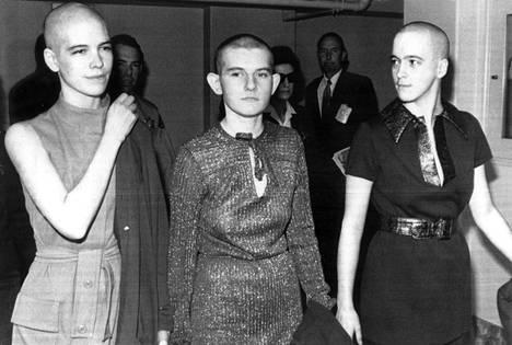 Murhista tuomitut Leslie Van Houten (vas.), Patricia Krenwinkel ja Susan Atkins eivät osoittaneet oikeudessa minkäänlaista katumusta.
