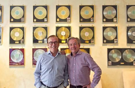 Matti ja Teppo ovat myyneet 46 vuotta kestäneellä urallaan uskomattomat 1,5 miljoonaa äänitettä, 31 kultalevyä ja kahdeksan platinalevyä. Ikivihreän iskelmäduon toimisto sijaitsee Turun Kaskenkadulla.