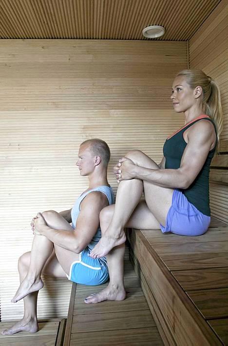 4.Saunadetox: Alkuasento: istu lauteiden etuosassa nilkat ja polvet samassa linjassa. Nosta oikea polvi ylös ja risti sormet polven ympärille. Ojenna selkä suoraksi ja pidä hartiat rentoina. Tee näin: hengitä syvään sisään ja pidä jalka paikallaan. Hengitä pitkään ulos ja vedä samalla jalkaa kohti rinnan keskiosaa. Päästä sisäänhengityksellä jalkaa vähän alaspäin ja vedä uloshengityksellä jalkaa takaisin kohti rintaa. Kesto: toista 8-10 kertaa ensi oikealla ja sitten vasemmalla jalalla. Vaikutus: liike parantaa lonkkanivelen liikkuvuutta sekä aktivoi paksusuolta, säätelee ja lievittää alaselkäkipuja.